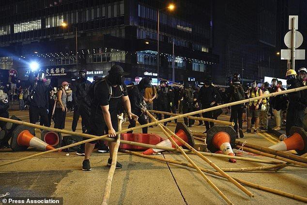 ادامه ناآرامی ها در هنگ کنگ با حمله فردی با چاقو در یک مرکز خرید