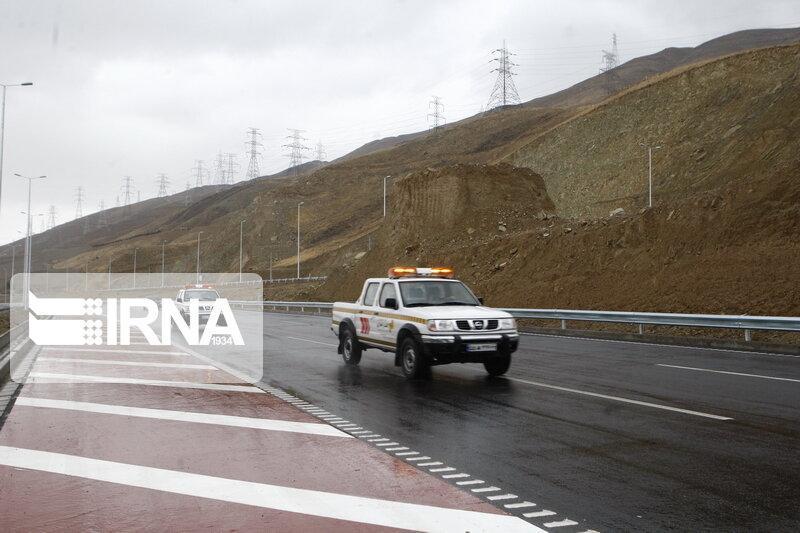 خبرنگاران جاده های اصلی جنوب کرمان با وجود ریزش باران باز است