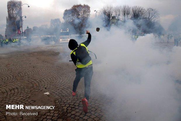 پاریس به صحنه جنگ میان معترضان مردمی با پلیس تبدیل شد