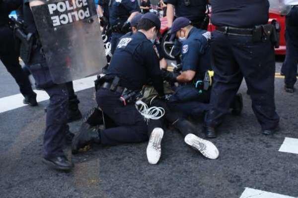 پلیس نیویورک به برخورد افراطی با معترضان متهم شد