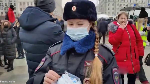 (ویدئو) توزیع ماسک بین مخالفان پوتین توسط پلیس